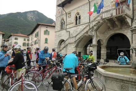 Ciclisti in piazza a Venzone